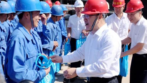 【领导关怀】衢州市委书记徐文光一行慰问衢州市妇保院建设项目一线工人